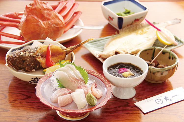 オフシーズンでも魚料理を楽しみに訪れる常 連客も多い