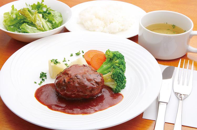 継ぎ足しながら作るデミグラスソースで味わう 『煮込みハンバーグ定食』(972円 )