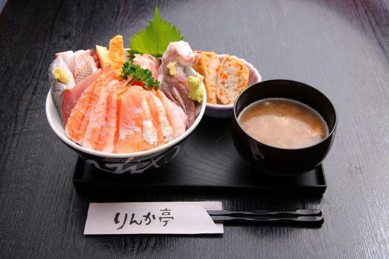 『海鮮丼』(1,080円)。お魚がキレイだっちゃ!