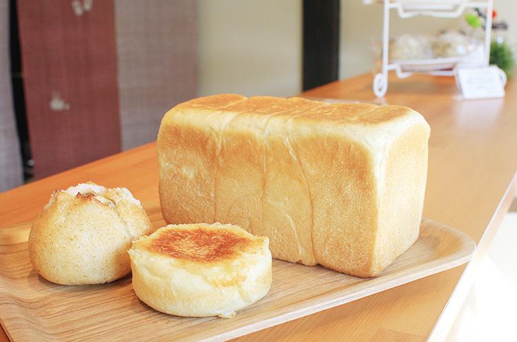 生地のおいしさをダイレクトに味わえる『角食』(1斤453円・右)。『ハムチーズ』(226円・ 手前)などの惣菜パンもぜひ
