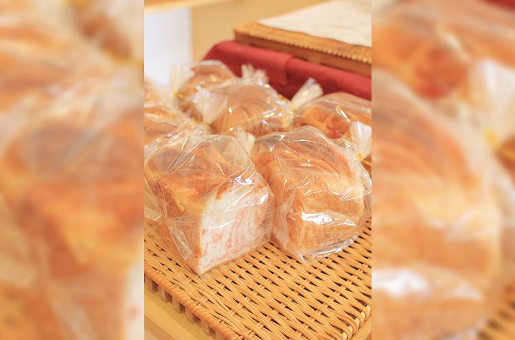 笑顔が素敵な店主・佐藤雄太さん。甘いパンが人気で、女性が食べやすいサイズ感を心掛けているそう。パン購入でコーヒー1杯サービス。人気の『メープル食パン』は小238円