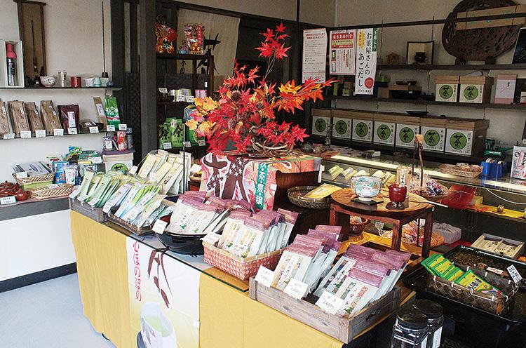 店内には煎茶や番茶、紅茶など多彩なお茶が揃う
