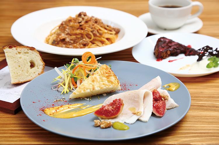 ランチは4 種類のパスタから選ぶスタイ ルで、野菜を使ったひと皿にドリンクが付いて1,000 円から。前菜 やデザートをプラスしても2,000 円とリーズナブル