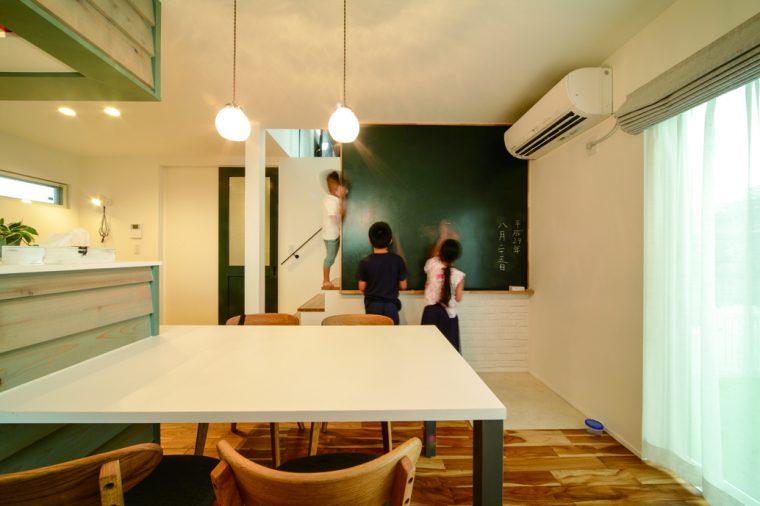 勉強や遊び、いろいろ活用できるリビングの大きな黒板