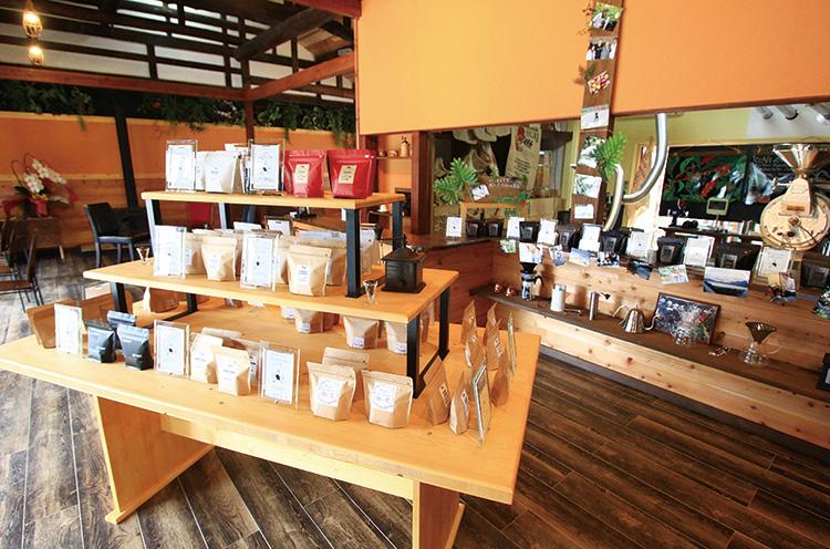 ゆったりなごめる店内には、厳選した豆がズラリ。焙煎の様子も見られる。コーヒーは一杯ずつ丁寧にハン ドドリップ