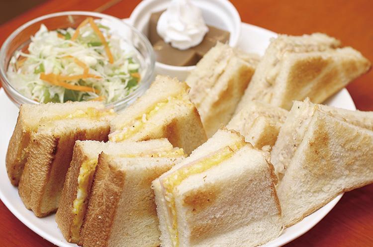 ツナ、たまご、バジルから2種類が選べる『倶楽部サンド(サラダ、デザート付き)』530 円)
