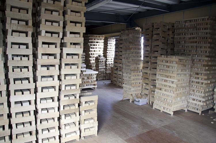 自社倉庫で1年以上自然乾燥させたカシノキを加工する