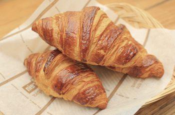 数ある和洋菓子のほか、休日限定のパンも人気