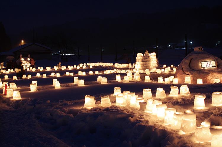 安角ふれあい自然の家(旧安角小学校) のグラウンドを利用して、雪との触れあいや 雪灯ろうの幻想的なあかりを楽しむイベント を2月4日㊐16時30分から開催。開催日は、 軽食の販売なども予定。大人から子供まで 楽しめるので、家族で参加しよう。