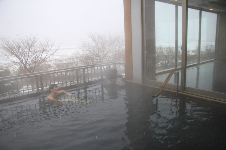 大きな岩と眺望が自慢の露天風呂。ここからの眺めは最高!
