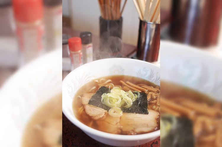 ラーメン500円 トンコツと鶏ガラを長時間じっくりと煮出したあっさりスープに、上質な小麦粉「丸特」を使った手打ちの中太麺を合わせた一杯