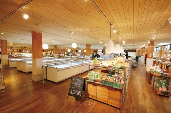 セルフ片山の新展開ショップがスゴイ! 家具から雑貨、食品まで取り扱う大型ショップだ!