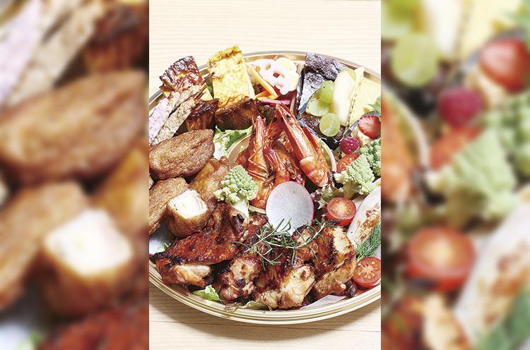 『オードブル 』(4人分5,000円〜)。おいしさとボリュームが値段以上と評判。写真の料理 は『海老のガーリック炒め』 やキッシュなど。デザート 付きにもできます
