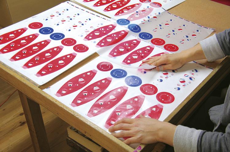 「組紙」と呼ばれ る作業。貼り合わせる順番に紙を並び 変える