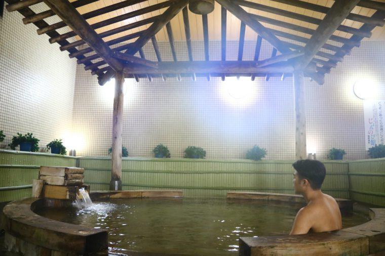 地元産ヒノキの檜風呂