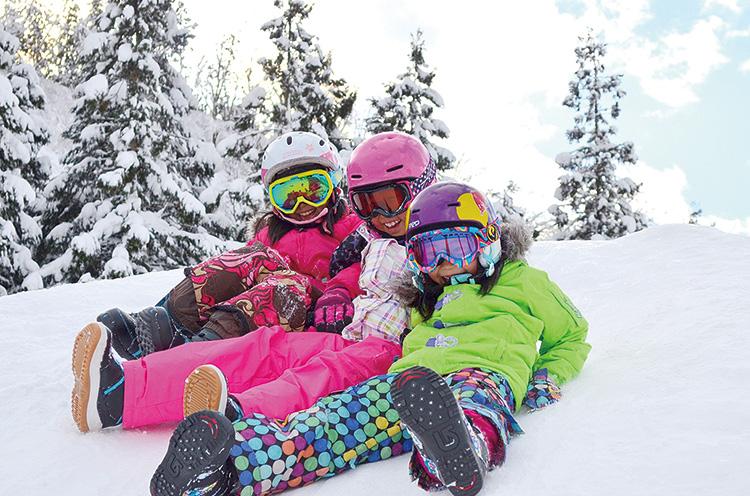 ファミリーに人気のイベント「ヤクルトミルミルちびっこ宝さがしゲーム」は毎週土・日曜に開催。第3日曜はスキーこどもの日。小学生はリフト券が無料に(保護者1名につき2名まで)