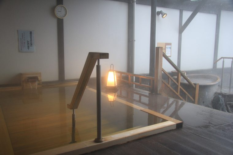 檜風呂は源泉掛け流し。ぬるめの湯と檜のぬくもりに心が安らぐ