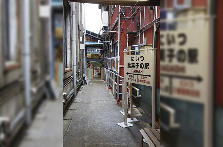 商店街にある「東洋館」脇の小路を進んでいくとお店に到着。このアプローチも楽しい