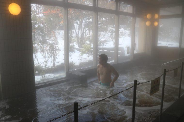 「観音の湯」の名物。浴槽の中央にある手すりの周りをウォーキング! なかには50周したという人も