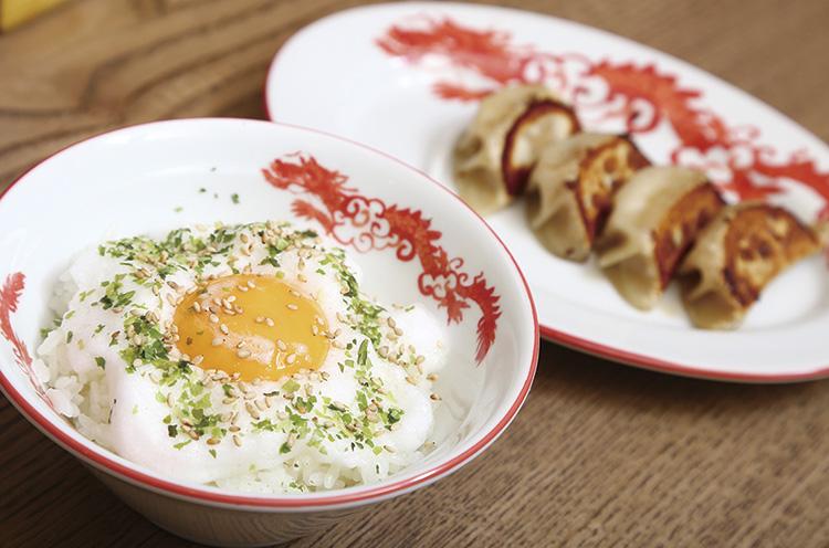 白身をメレンゲに することでフワフワの食感と黄身の濃厚さが強調される『新潟地鶏 TKG』(378 円・夜のみ)