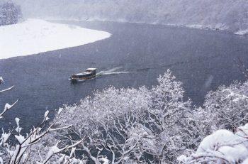 山々に雪が積もるこの季節。粋な「雪見船」を楽しもう!
