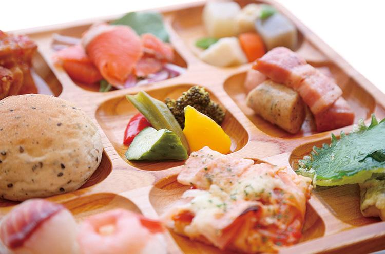 ⬇新潟産の食材をふんだんに用いた 約100種類のメニューをビュッフェスタ イルで楽しめる。ステーキ食べ放題の プランも新登場