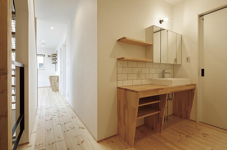 2階の廊下には大きな造作洗面化粧台を配置