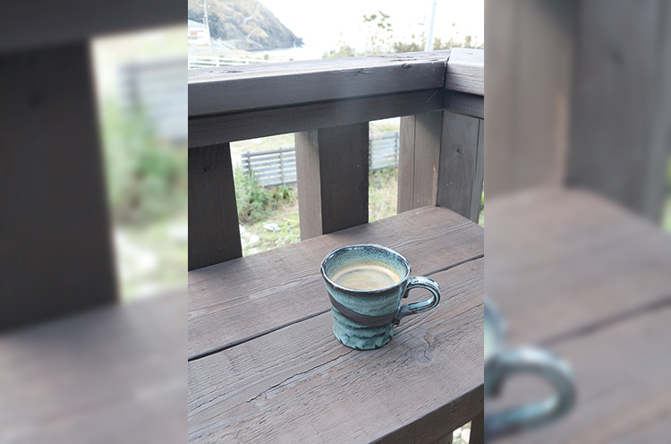 テラスでコーヒーを飲み、海をぼんやり眺めてリラックス