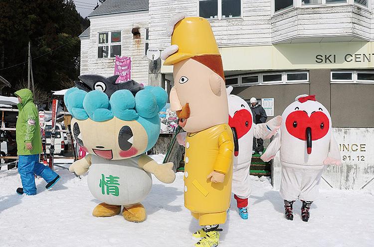 2月25日㊐開催の 「ゆるキャラまつり」  今年も村上市観光キャラ クターのサケリンやレルヒさ んがゲレンデにやってくる!  楽しいゲームも盛りだくさん。 スキー場でゆるキャラと遊ぼ う! ファミリーにおすすめのイ ベント。