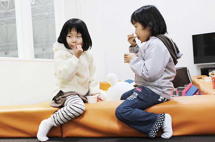 おやこルームもあります。絵本や玩具があり、スケー ト靴が履けない小さな子供と保護者が快適に過ごせる