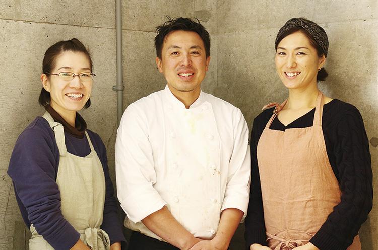 店主・佐藤さん(中央)、奥様・梓さん(右)、 スタッフ・咲子さん(左)