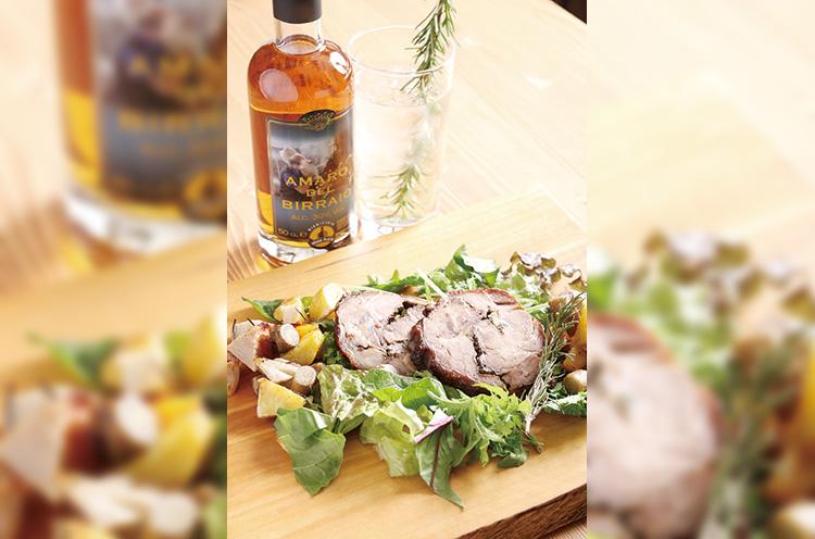 『越後米豚越王のポルケッ タ』(1,620 円)。5種類の ハーブを巻き込みローストした 豚肉は香ばしくやわらかい