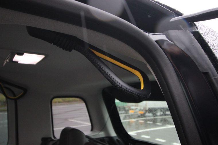 乗降時につかむ吊り革タイプのアシストグリップを装備するなど、細かいおもてなしの装備は、いかにも日本車らしいといえる