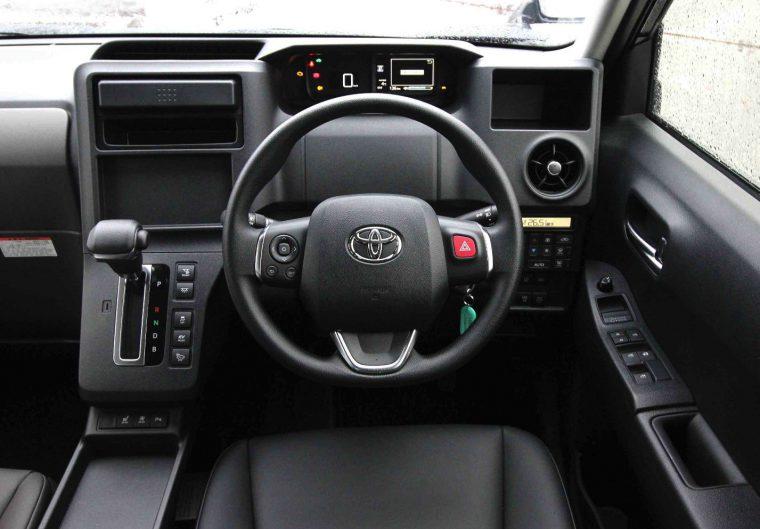 ステアリングにハザードランプボタンがあるのはタクシー専用車ならでは ※試乗車はナビや料金メーターが装着していない状態
