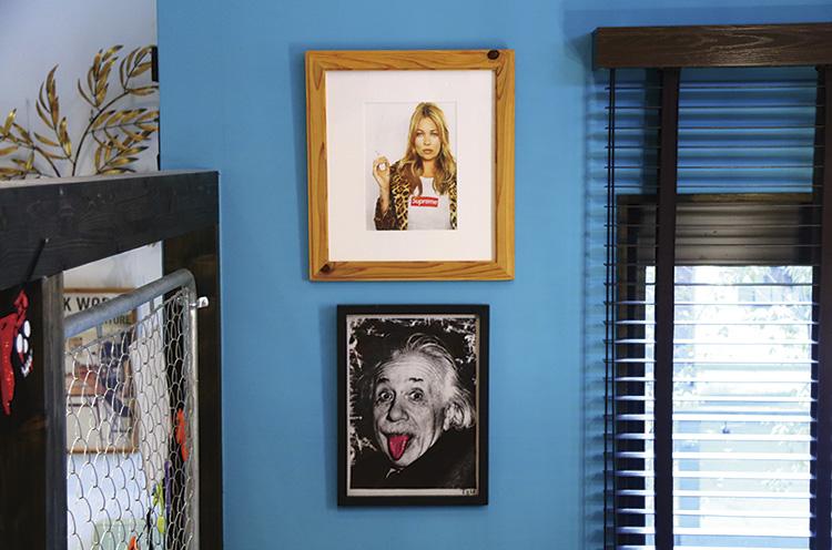 アーティストやポップカルチャー系のアートピースが店内のいたるところにある!
