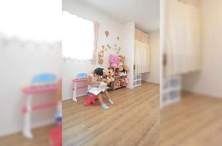 子供のおもちゃはひとりでも片付けやすいよう、すべて押し入れに入れず、 よく使うものだけを片付けやすい場所に置く。ママが片付け上手だから、子供 も片付け上手に
