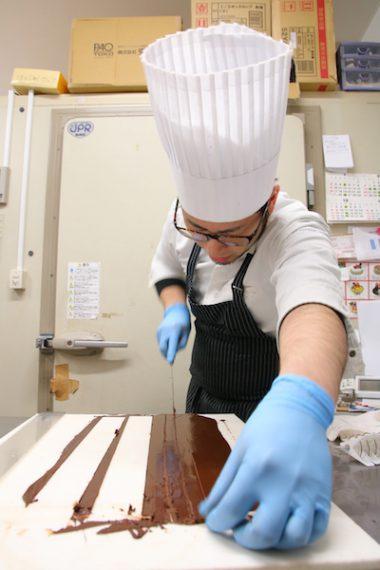 3.少しチョコを冷やして固まらせたら、ナイフで縦にカット