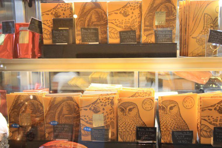 Bean to Bar チョコレートのパッケージは店主の手書きというからびっくり! マダガスカルやグレナダなどさまざまな国のカカオ豆を使い分けています