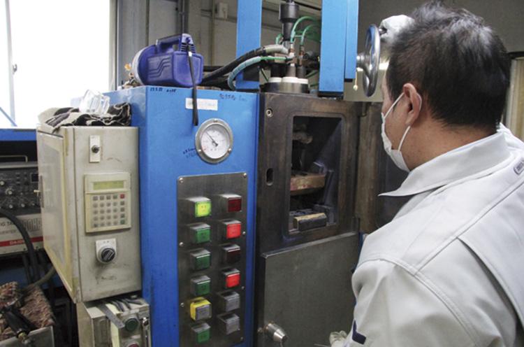 自社開発した極小チタン溶解炉。これにより、流曲線が美しいチタン鋳造ア クセサリーの製造に成功した