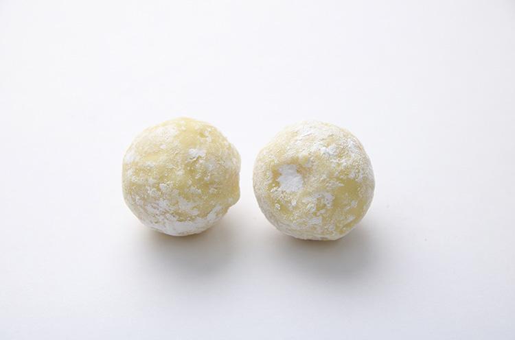 「ゆず」は山口県産ユズ果汁を加えたホワイトチョコのガナッシュ。みずみずしい味わいで口に入れると驚きます!(1個200円)