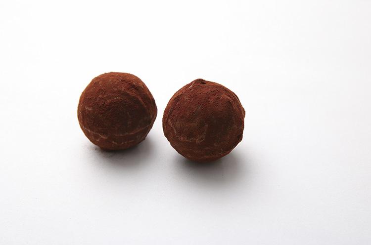 「トリュフ バニーユ」はダークチョコにバニラの香りを移した生クリームを合わせたやわらかいガナッシュ(1個200円)