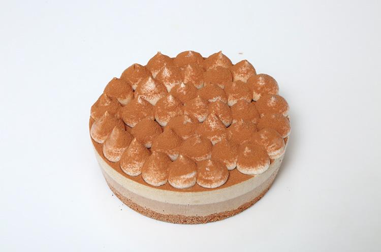 ナッツを使ったホイップクリームのクリームチーズなどが4層になったローケーキ