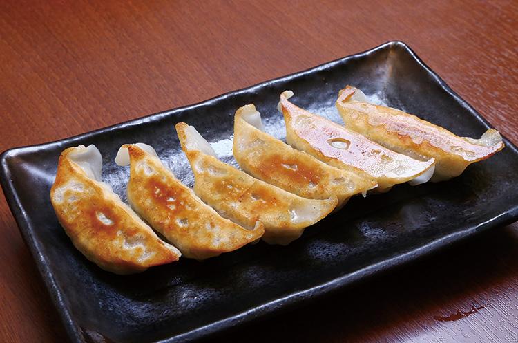 オイスターソースを隠し味にしたジューシーな『餃子』(6個 330円)。ニンニクは控えめ