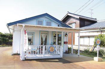 水色屋根のかわいいカフェで楽しい時間を