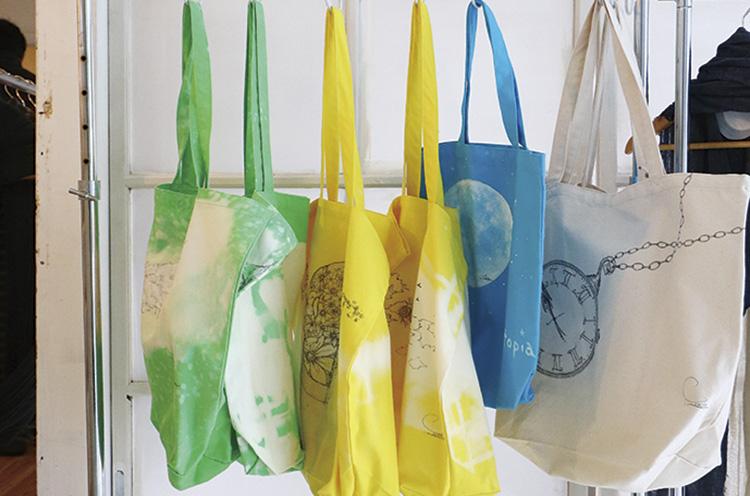 ペインターとしての顔も持つデザイナーがペイントしたバッグやTシャツも並ぶ