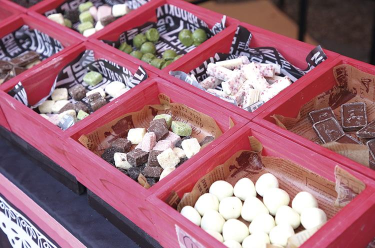 さまざまなチョコレートがいっぱい。どれを食べるか迷っちゃう!