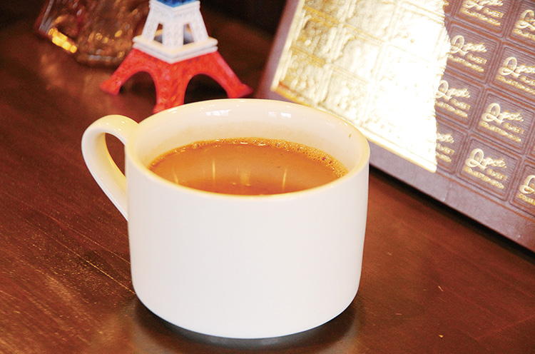 サラサラで飲みやすい冬季限定の『ホッ トチョコレートドリンク』(350円)。テイク アウトもOK