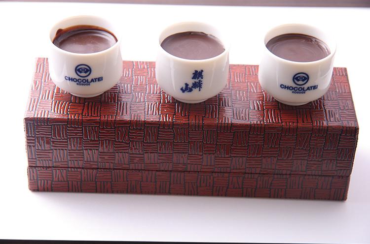 『麒麟山辛口利酒ショコラセレクション』 (3,402円) 。麒麟山の辛口シリーズを3種セレクトした利き酒ショコ ラ。ほのかな味の違いが楽しめます