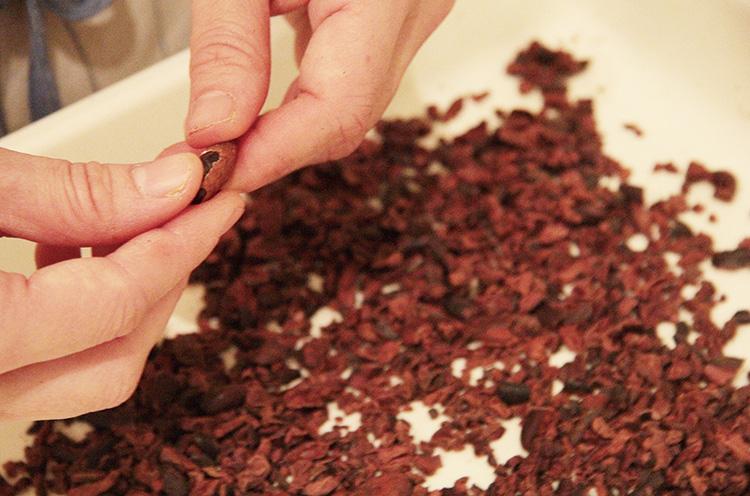 欠点豆を取り除いたり、丁寧にカラを取り除いたり。「Bean to Bar」は根気のいる作業が多いそう