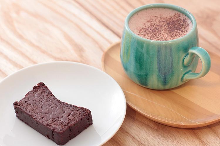 左は、生チョコのように濃厚な『ガトーショコラ』(378円)。右は『ホットチョコレート』(540円)。いずれもカフェで味わえる